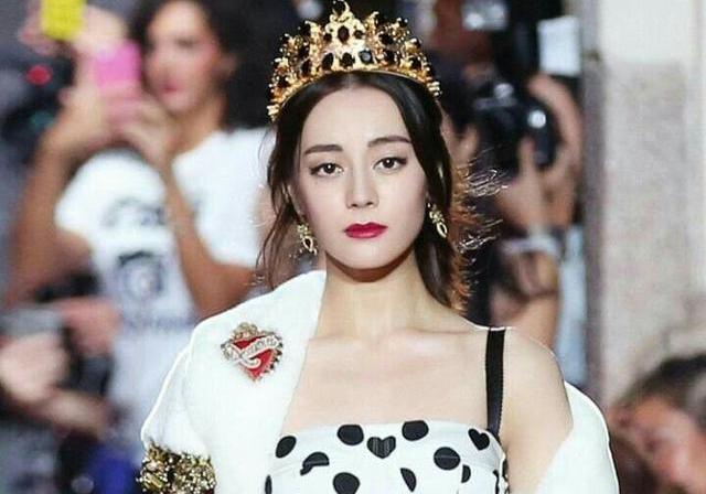 迪丽热巴米兰时尚秀,一出场便惊艳世界,展现迷人东方魅力