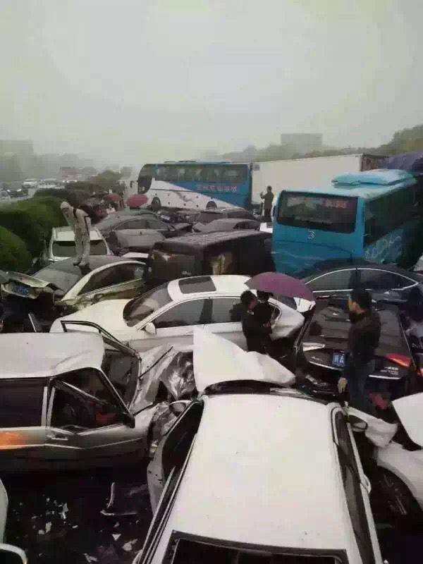 突发:沪宁高速常州段近百车相撞 车成麻花/伤亡不明