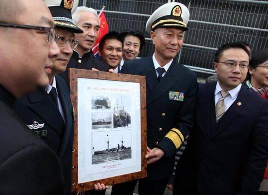 中国海军舰艇编队首次访问伦敦 获赠特殊礼物