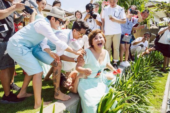 柳岩伴娘事件是怎么回事?包贝尔婚礼柳岩落水为什么道歉的人是柳岩?