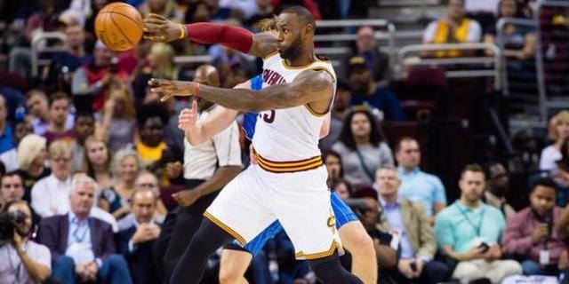 控卫詹姆斯致敬NBA上古大神,但难掩骑士一尴尬,心疼韦德罗斯