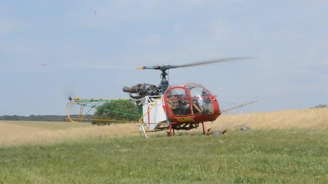 无人直升机上阵喷洒农药,造型炫酷