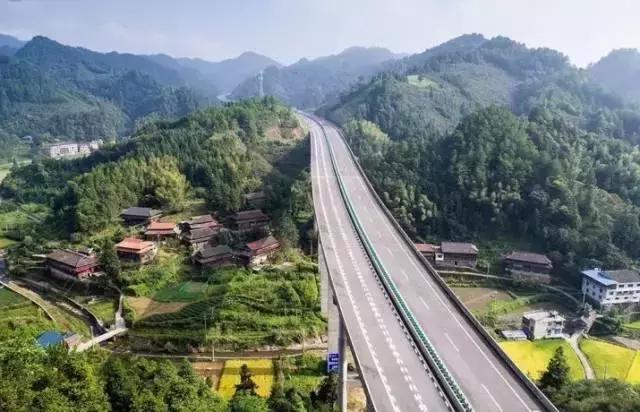 广西人民翘首期待的桂三高速路完成度近80%,来看看她的英姿吧