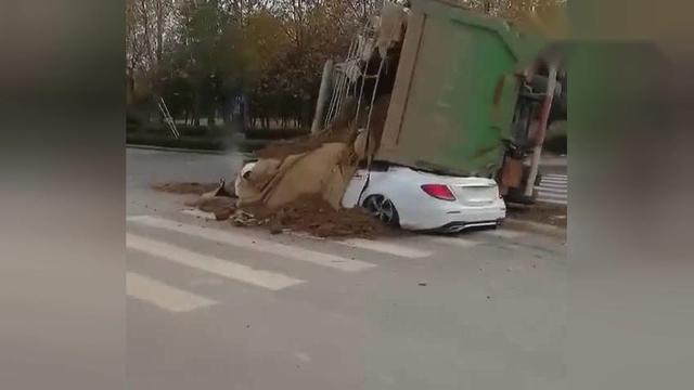 【还原】水泥车避让侧翻事实真相 奔驰被压扁司机当场... - 舜网