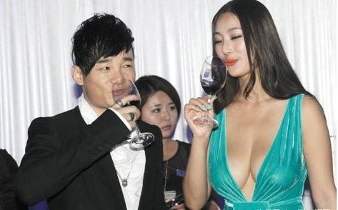 王李丹妮让记者验奶