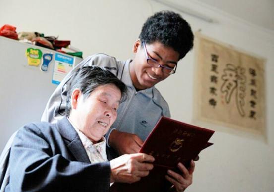 中国老太捡到遗弃黑人小孩,15年辛苦养育,孩子自认是中国人!