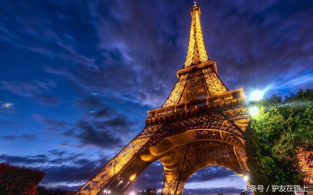 雪中巴黎埃费尔铁塔