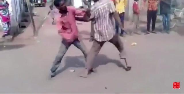 印度阿三欺负同事最厉害了,吊起来暴打,叫的好可怜