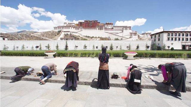西藏朝圣人物摄影