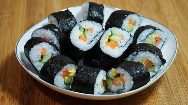 想吃寿司嫌麻烦,小芳教你寿司最简单的做法,这样搭配营养又健康
