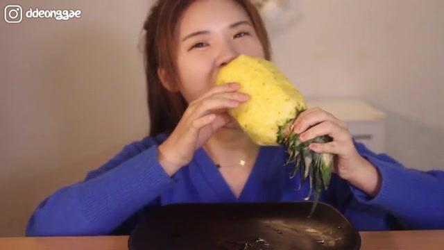 狂野派吃播当顺妹妹生吃玉蜀黍,这是水果玉米吧