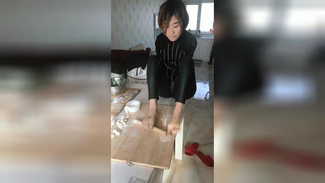 无臂女孩坚强生活,用脚包饺子自食其力,却无人愿娶