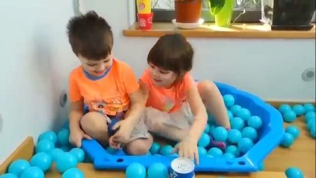 小萝莉一起玩楼梯海洋球玩具,好多海洋球啊