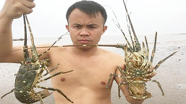 农村小伙用原始方法,在海边沙滩捕捉龙虾,3个陷阱抓了2只大龙虾