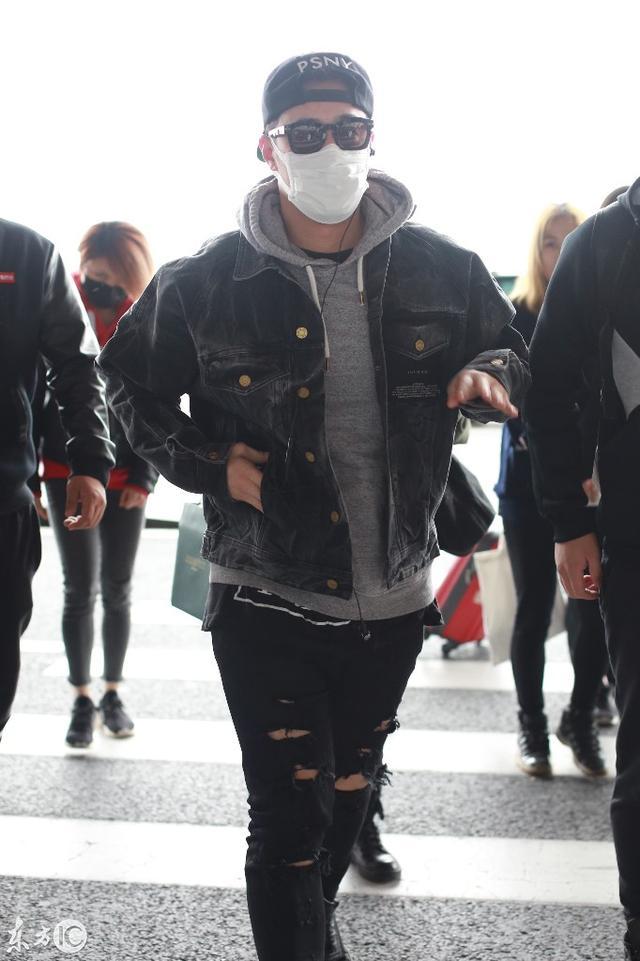 潘玮柏现身北京机场,嘻哈风格很酷!