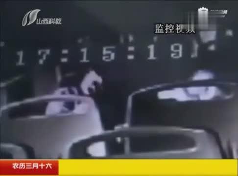 情侣公交上拥吻半小时又抱又摸 女乘客:不要脸