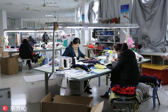 夫妻俩返乡创业办服装厂,每年加工出口服装30多万件
