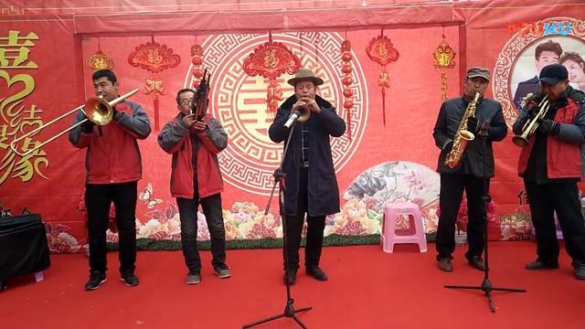 民间唢呐乐队婚礼上精彩表演,配合的真默契,吹的好听