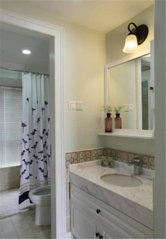 90㎡现代美式风格装修,仿古砖的卫生间设计很漂亮。