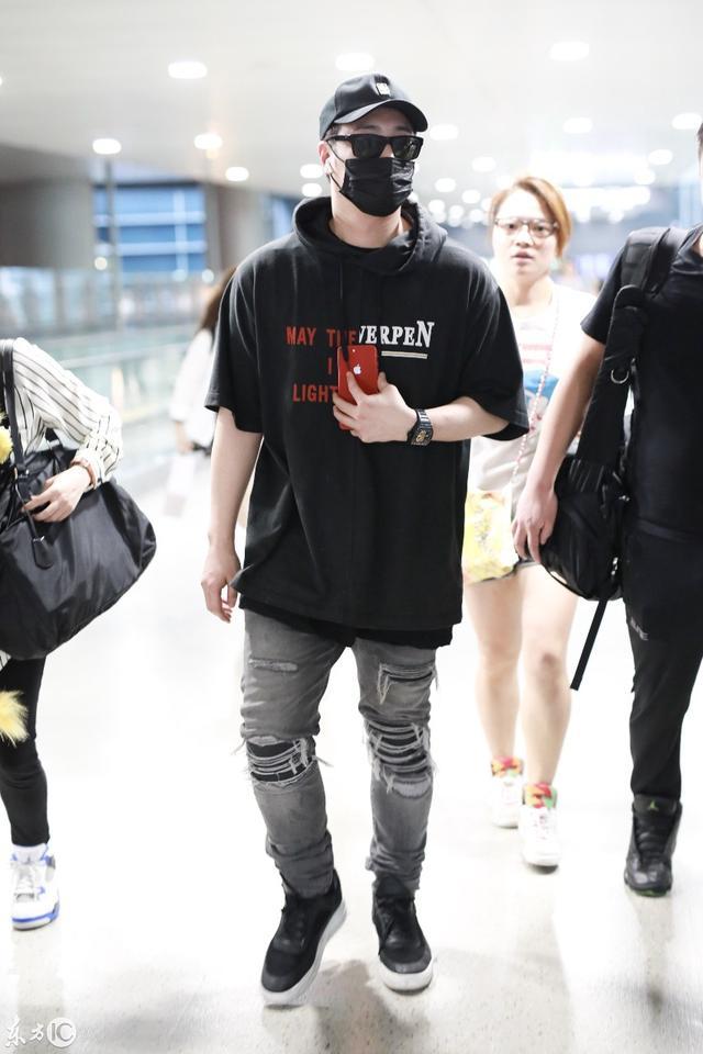 2018年8月6日,上海,潘玮柏现身机场