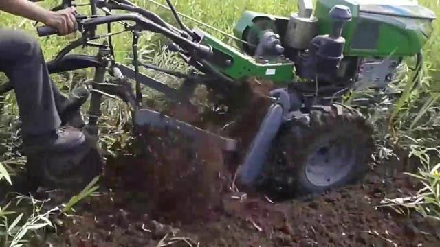 农村拖拉机司机驾驶液压型可逆圆盘犁耕地太轻松了!