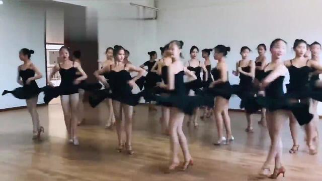 舞蹈女生一字马图片