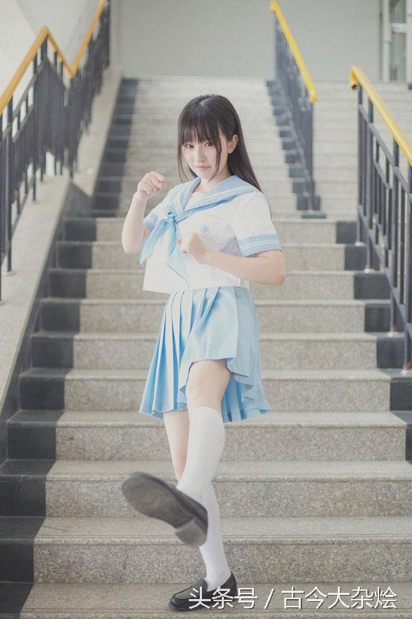 清纯长发学妹水手制服校园图片