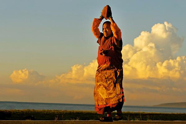 西藏人物朝圣图片
