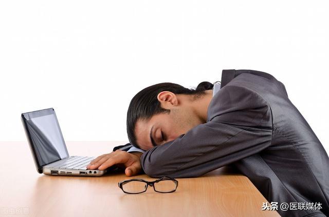 """长期过度疲劳易得病,从疲劳到癌症只需4步,别拿健康当""""赌注"""""""