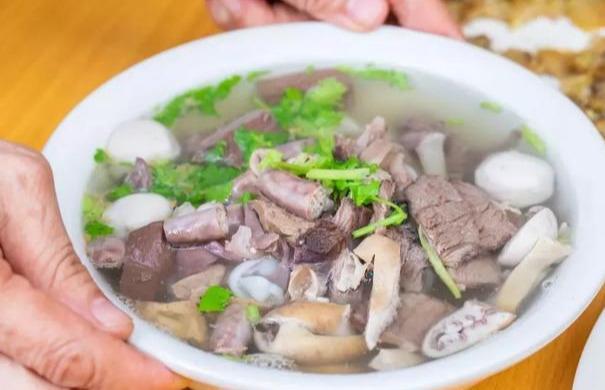 跟下沙村村民学习腌制海鲜
