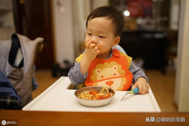 宝宝吃饭卡通图片