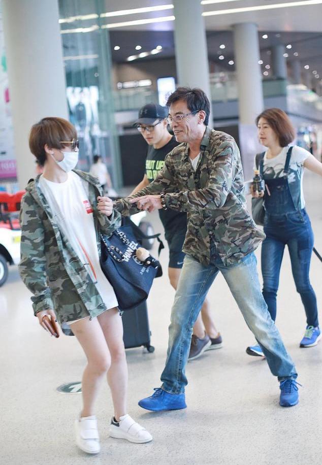 谢楠与刘威搞笑撞衫,同穿一件军绿色迷彩服,够帅够时髦