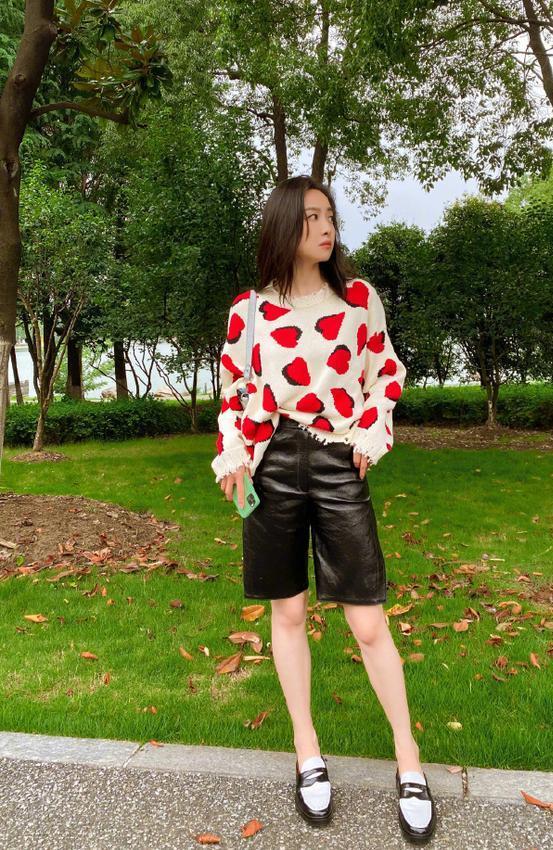 名门泽佳:宋茜社交平台分享近态,印花毛衣配短裤穿搭效果十分抢眼