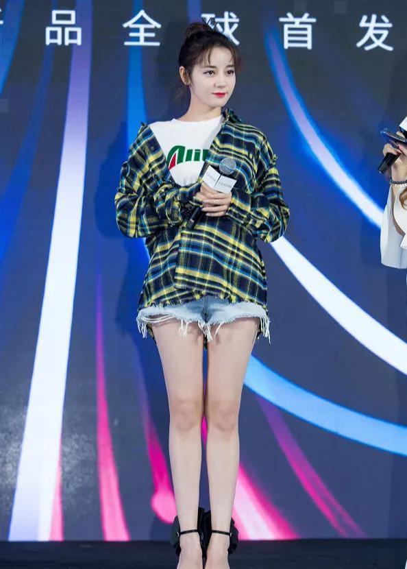 """终于等到热巴穿""""白透丝""""!看清她穿上后的效果,这腿成男士最爱"""