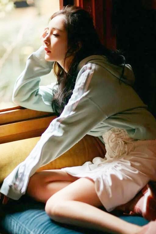 杨幂工作室晒出最新剧照,粉色搭配清新脱俗,宛若回到十八岁!