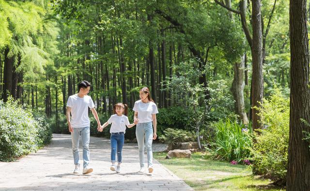 晚饭后带孩子去公园散步,没想到把皮肤病给带回家,8岁女童身患白癜风