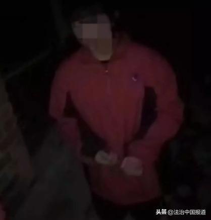 井陉县初二女孩被逼下跪磕头,施暴者中一女生叼烟卷