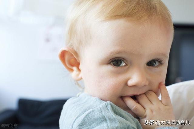 孩子没事喜欢咬手指,别以为正常,小时候不重视会影响发育