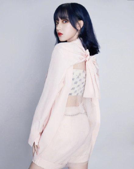 名门泽佳:程潇新造型太干练!一身粉色蝴蝶结露背西装效果又酷又甜