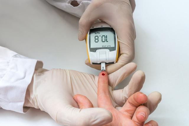 血糖高的人,常做1事多吃2白,稳定血糖有帮助,医生也在坚持