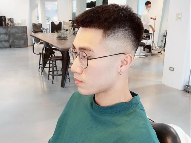发型男短发两边剃掉烫