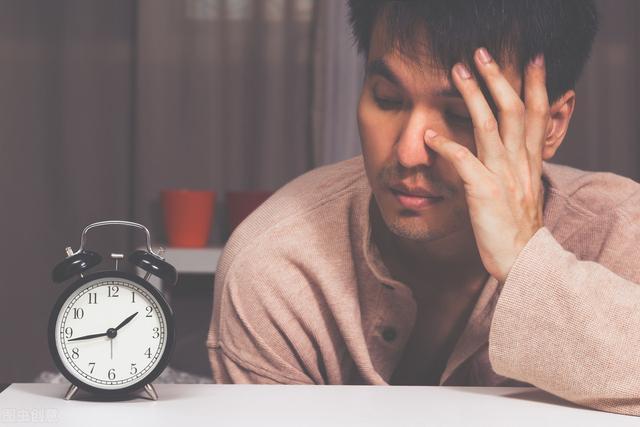 """每天睡到凌晨2、3点就""""自然醒"""",怎么回事?中医指出了2个原因"""