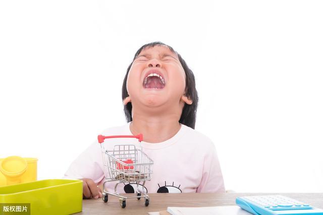 孩子一生气就打自己,只是因为脾气大?