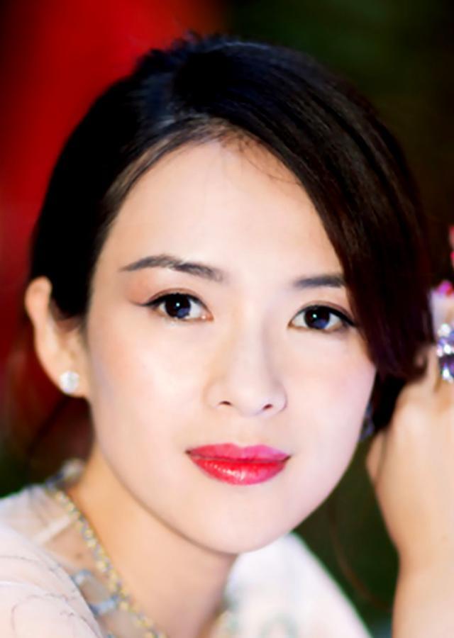 32届东京电影节:40岁的章子怡挺孕肚优雅颁奖 气质迷人 照片欣赏