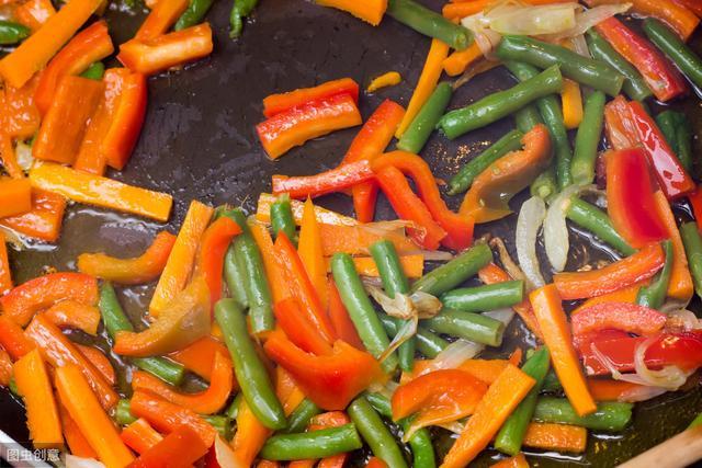 炒胡萝卜片的做法,想要炒的好吃第一步一定这样做,上桌就光盘