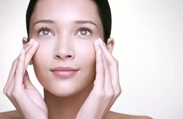 女人长眼袋太显老,经常用这2个方法,眼部肌肤紧致更年轻