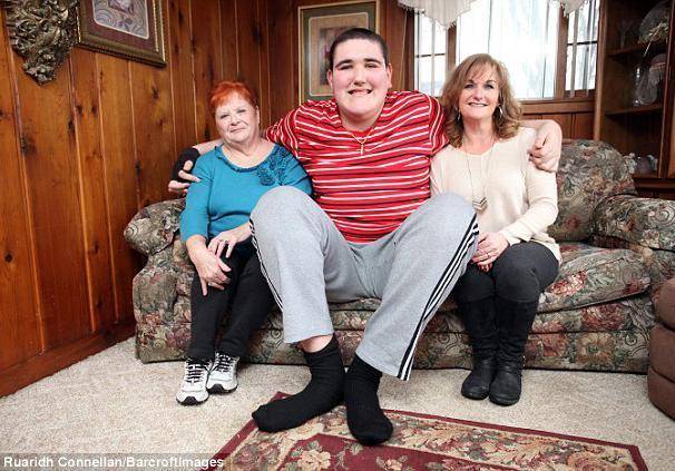 """""""中国第一巨人""""56岁娶妻,12岁儿子长成这样,妻子还想要二胎"""