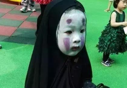 沉睡少女:少女房中惊现无脸玩偶,将她引入阴森可怖的森林里