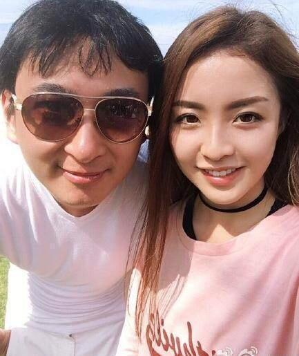 王思聪王校长这次没有撩妹换女朋友,而是雪白的大腿吸引众人。