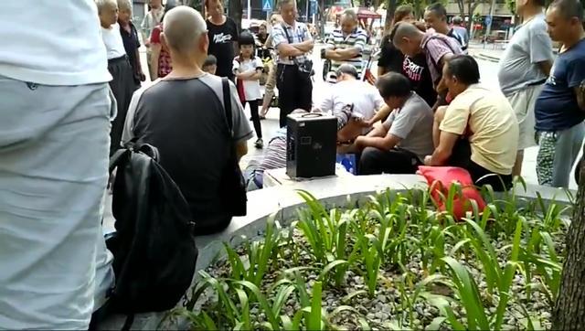 佛山莲花公园,江湖郎中摆地摊卖药,很多老人试药又买,不能拍照